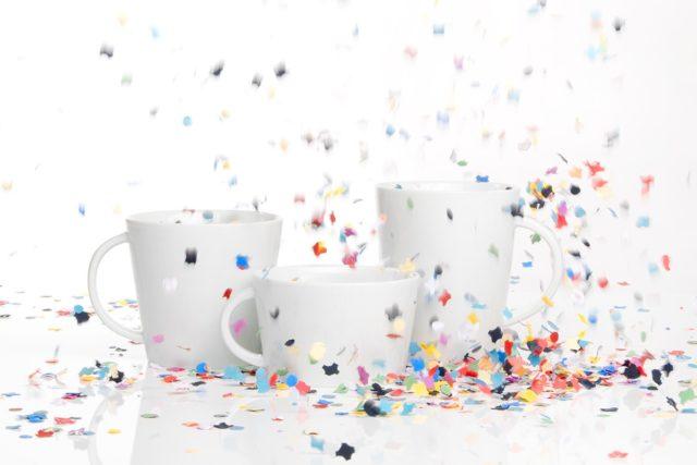 Produkt Marken Promotion weiße Porzellantassen in buntem Konfettiregen